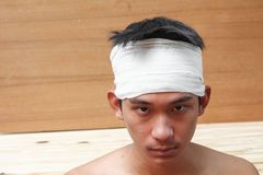 Νεαρός άνδρας με το τραύμα του κεφαλιού από τον ιατρικό επίδεσμο Στοκ εικόνες με δικαίωμα ελεύθερης χρήσης