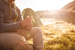 Νεαρός άνδρας με το φλυτζάνι του τσαγιού στοκ φωτογραφία με δικαίωμα ελεύθερης χρήσης