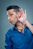 Νεαρός άνδρας με Hand in το αυτί στοκ εικόνες