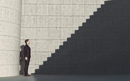 Νεαρός άνδρας μπροστά από τα σκαλοπάτια Στοκ Εικόνα