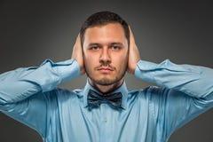 Νεαρός άνδρας πορτρέτου στο μπλε πουκάμισο, που εξετάζει τη κάμερα Στοκ Εικόνες