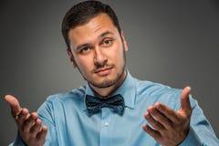 Νεαρός άνδρας πορτρέτου στο μπλε πουκάμισο, που εξετάζει τη κάμερα Στοκ φωτογραφία με δικαίωμα ελεύθερης χρήσης