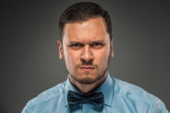 Νεαρός άνδρας πορτρέτου στο μπλε πουκάμισο, που κοιτάζει με την υποψία Στοκ Φωτογραφίες