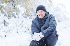 Νεαρός άνδρας που έχει τη διασκέδαση με το χιόνι Στοκ Εικόνες