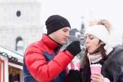 Νεαρός άνδρας που δίνει στη φίλη του ένα γούστο στοκ εικόνες με δικαίωμα ελεύθερης χρήσης