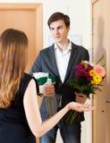 Νεαρός άνδρας που δίνει τα δώρα στη χαριτωμένη γυναίκα στοκ εικόνες