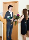 Νεαρός άνδρας που δίνει τα δώρα στο κορίτσι Στοκ Εικόνες
