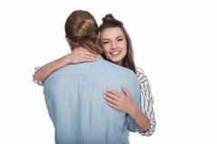 Νεαρός άνδρας που αγκαλιάζει το όμορφο χαμόγελο κοριτσιών στη κάμερα Στοκ Φωτογραφίες
