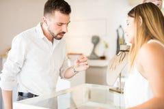 Νεαρός άνδρας που αγοράζει ένα δαχτυλίδι διαμαντιών Στοκ Φωτογραφία
