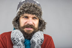 Νεαρός άνδρας που αισθάνεται την κρύα προσπάθεια να κρατήσει θερμός, το τίναγμα και το shiverin Στοκ εικόνες με δικαίωμα ελεύθερης χρήσης
