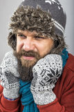 Νεαρός άνδρας που αισθάνεται την κρύα προσπάθεια να κρατήσει θερμός, το τίναγμα και το shiverin Στοκ Εικόνες