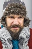 Νεαρός άνδρας που αισθάνεται την κρύα προσπάθεια να κρατήσει θερμός, το τίναγμα και το shiverin Στοκ εικόνα με δικαίωμα ελεύθερης χρήσης