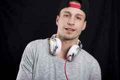Νεαρός άνδρας που ακούει με προσήλωση τη μουσική στα ακουστικά και να κοιτάξει ι Στοκ φωτογραφίες με δικαίωμα ελεύθερης χρήσης