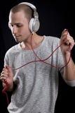 Νεαρός άνδρας που ακούει τη μουσική στα ακουστικά και το χορό Στοκ φωτογραφία με δικαίωμα ελεύθερης χρήσης