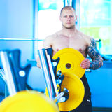 Νεαρός άνδρας που ανυψώνει το barbell στη γυμναστική με τον εκπαιδευτικό Στοκ εικόνες με δικαίωμα ελεύθερης χρήσης