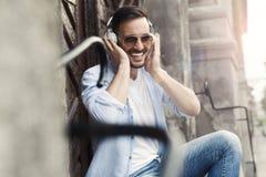 Νεαρός άνδρας που απολαμβάνει στη μουσική Στοκ φωτογραφία με δικαίωμα ελεύθερης χρήσης