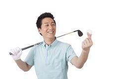 Νεαρός άνδρας που απολαμβάνει το γκολφ Στοκ Φωτογραφίες