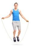 Νεαρός άνδρας που ασκεί με ένα πηδώντας σχοινί Στοκ Φωτογραφία