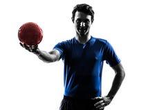 Νεαρός άνδρας που ασκεί τη σκιαγραφία φορέων χάντμπολ Στοκ εικόνες με δικαίωμα ελεύθερης χρήσης
