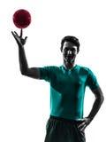 Νεαρός άνδρας που ασκεί τη σκιαγραφία φορέων χάντμπολ Στοκ φωτογραφία με δικαίωμα ελεύθερης χρήσης