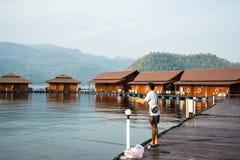 Νεαρός άνδρας που αλιεύει στο χρόνο βραδιού στοκ φωτογραφία