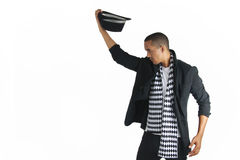 Νεαρός άνδρας που βγάζει το τοπ καπέλο του Στοκ Εικόνες