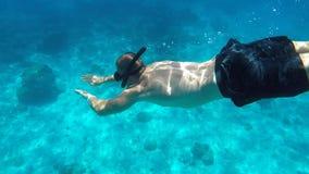 Νεαρός άνδρας που βουτά βαθιά στο σαφές μπλε νερό Κολυμπώντας με αναπνευτήρα τύπος HD υποβρύχιο GoPro σε αργή κίνηση Andaman, Ταϊ απόθεμα βίντεο