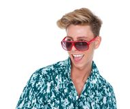 Νεαρός άνδρας που γελά με τα γυαλιά ηλίου Στοκ εικόνες με δικαίωμα ελεύθερης χρήσης