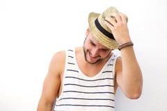 Νεαρός άνδρας που γελά με το καπέλο Στοκ Φωτογραφία