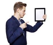 Νεαρός άνδρας που δείχνει στο PC ταμπλετών Στοκ εικόνες με δικαίωμα ελεύθερης χρήσης