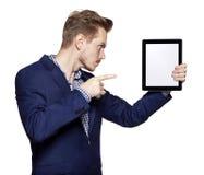 Νεαρός άνδρας που δείχνει στο PC ταμπλετών Στοκ Εικόνες