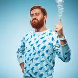 Νεαρός άνδρας που δείχνει το δάχτυλό του επάνω Στοκ Φωτογραφία