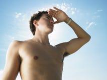 Νεαρός άνδρας που εξετάζει την απόσταση Στοκ Φωτογραφίες