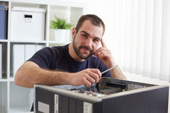 Νεαρός άνδρας που επισκευάζει τον υπολογιστή Στοκ Εικόνα
