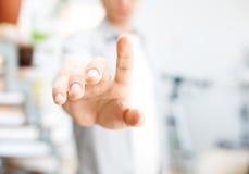 Νεαρός άνδρας που εργάζεται με την εικονική οθόνη ή το ωθώντας κουμπί Στοκ εικόνα με δικαίωμα ελεύθερης χρήσης