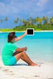 Νεαρός άνδρας που εργάζεται με το lap-top στην τροπική παραλία Στοκ εικόνες με δικαίωμα ελεύθερης χρήσης