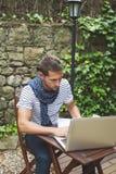 Νεαρός άνδρας που εργάζεται με το lap-top υπαίθρια Στοκ φωτογραφίες με δικαίωμα ελεύθερης χρήσης