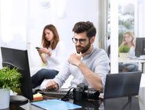 Νεαρός άνδρας που εργάζεται στον υπολογιστή Στοκ φωτογραφία με δικαίωμα ελεύθερης χρήσης
