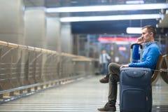Νεαρός άνδρας που κάνει την κλήση στον αερολιμένα Στοκ Φωτογραφία