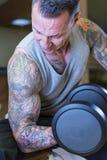 Νεαρός άνδρας που κάνει την μπούκλα συγκέντρωσης - workout ρουτίνα Στοκ φωτογραφία με δικαίωμα ελεύθερης χρήσης
