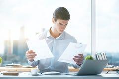 Νεαρός άνδρας που κάνει τη γραφική εργασία Στοκ Εικόνα