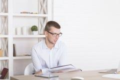 Νεαρός άνδρας που κάνει τη γραφική εργασία Στοκ Εικόνες
