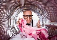 Νεαρός άνδρας που κάνει το πλυντήριο Στοκ Εικόνες