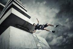 Νεαρός άνδρας που κάνει parkour το άλμα στην πόλη στοκ φωτογραφία με δικαίωμα ελεύθερης χρήσης