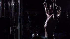 Νεαρός άνδρας που κάνει pulldown LATS τις ασκήσεις στο μέτωπο στη γυμναστική απόθεμα βίντεο