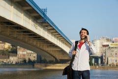 Νεαρός άνδρας που καλεί με κινητό τηλέφωνο υπαίθρια Στοκ εικόνα με δικαίωμα ελεύθερης χρήσης