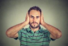 Νεαρός άνδρας που καλύπτει τα αυτιά του με τα χέρια Στοκ φωτογραφίες με δικαίωμα ελεύθερης χρήσης