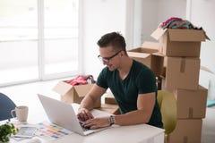 Νεαρός άνδρας που κινείται σε ένα νέο σπίτι Στοκ Εικόνες