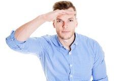 Νεαρός άνδρας που κοιτάζει στους νέους ορίζοντες Στοκ Εικόνες