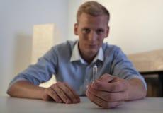 Νεαρός άνδρας που κρατά έναν αμβλύ Στοκ Εικόνα